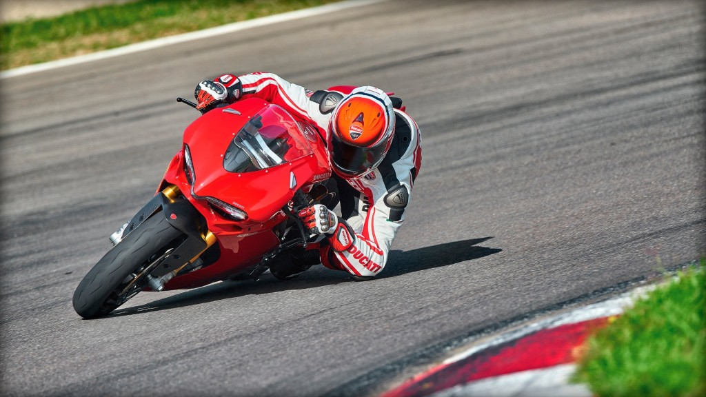 SBK-1299-Panigale-S_2015_Amb-07_1920x1080_mediagallery_output_image_[1920x1080]