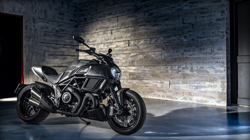 diavel-carbon_2016_amb-022_1920x1080_mediagallery_output_image_1920x1080