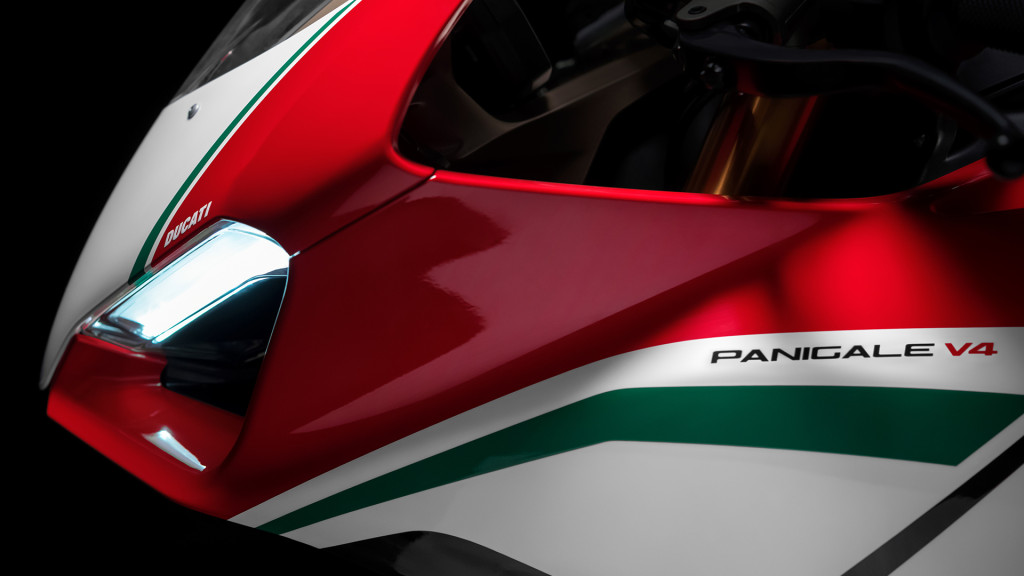 Panigale-V4-MY18-Tri-Colours-Livery-04-Slider-Gallery-1920x1080